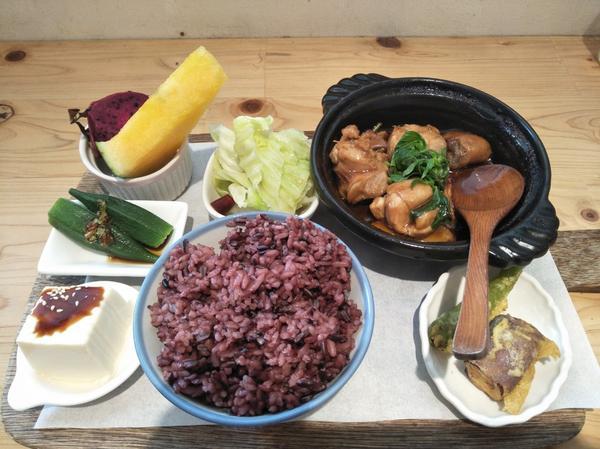 小小兔子廚房環境乾淨明亮,有免費咖啡.紅茶可以自行取用,餐點是健康的紫米飯.有青菜.沙拉.水果.主食