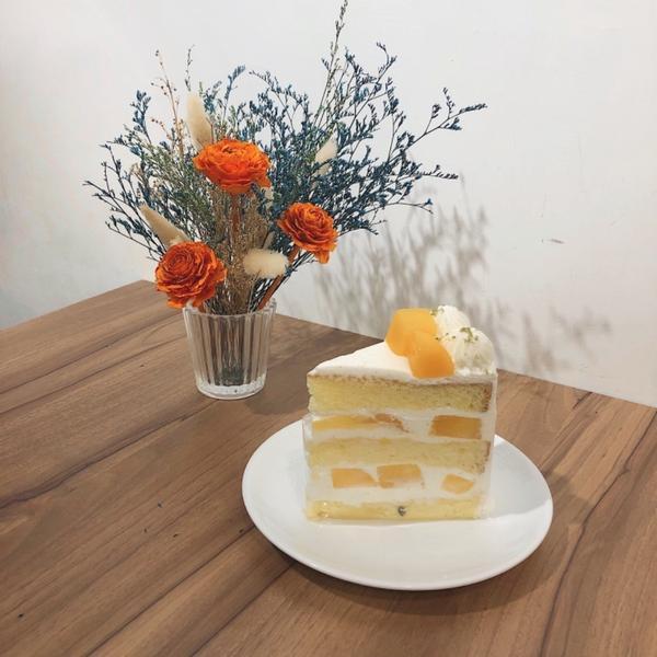 [台北信義]Sweet Tooth 🍰店內風格明亮清新 蛋糕的鮮奶油是手打的 送上來時蛋糕已經有點