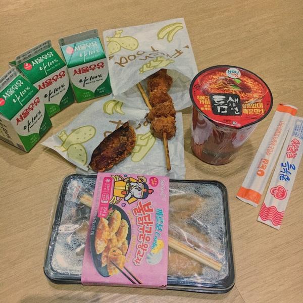 釜山遊🇰🇷宵夜Time✨在便利商店逛逛  居然有辣雞麵系列的辣雞鍋貼🌶️ 但它的辣度有比辣雞麵