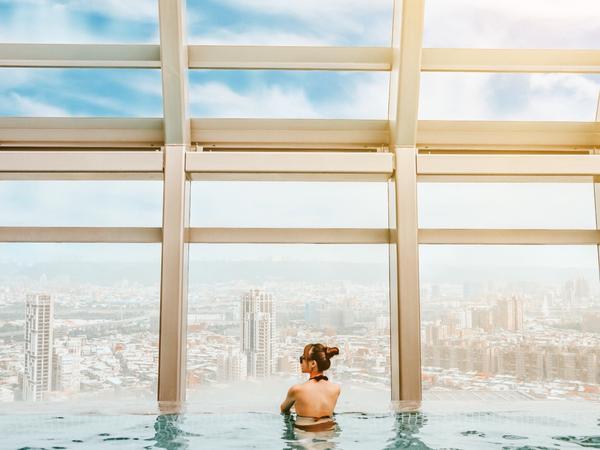超美的露天泳池🌟板橋凱撒大飯店 👉🏻👉🏻動動手指滑👀 - 想跟男友或姊妹偶爾想來場簡單的