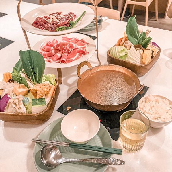 新竹 · 柚一鍋價錢整體算CP值蠻高的 蔬菜盤內容豐富  肉品的部分普通 湯頭多樣化可選擇 好喝😋