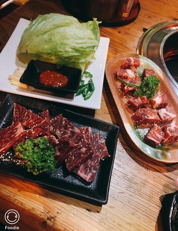 源初燒肉位於新竹城隍廟附近的巷弄版美食 木質調暖色系環境,再加上美食;堪稱一絕 不論是套餐還是單點;
