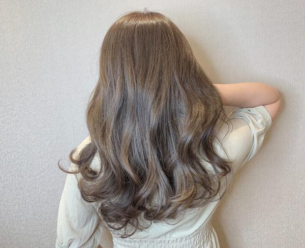 ♡ 霧面焦糖色♡ 白髮流行染髮 ♡ 不ㄧ定要ㄧ直的染深色調,也是能染淺色的質感髮色 ♡ 利用每個人不