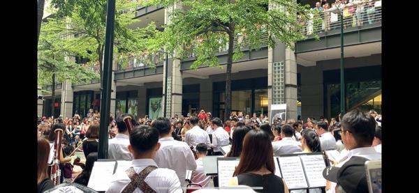 一個人逛街在信義新天地到處看看 有快閃交響樂團 還有Line專賣店 以及簡單的下午茶點心!