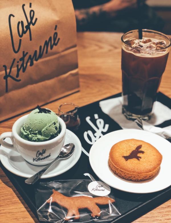 首爾新沙洞-Cafe Kitsune 位於韓國首爾地鐵新沙站附近♥️ 於門口進入咖啡店前會先經過一片