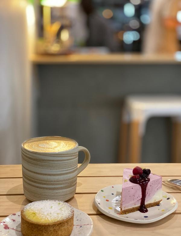 中原附近咖啡店-秋生珈啡今天是禮拜日 想吃甜點又不知道去哪 所以就到ig搜索甜點 幸好也不踩雷 開放
