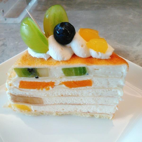 水果千層蛋糕這間位於麗水街巷弄,主打法式甜點。 果然千層蛋糕,是綜合水果,有葡萄藍莓奇異果水蜜桃香蕉