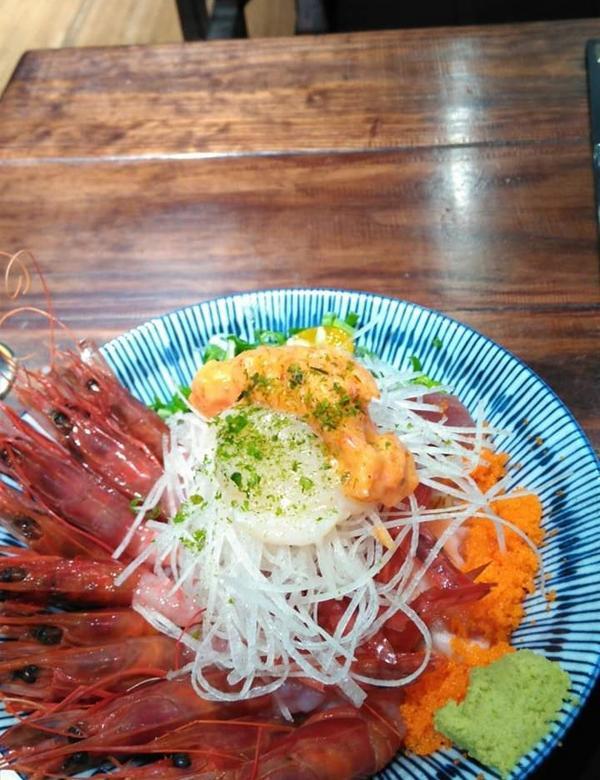 丼賞和食自慢十兵衛丼飯 蝦子是宜蘭龜山島的胭脂蝦,蝦子鮮甜,生魚片有鮭魚鮪魚旗魚 干貝,大塊厚實軟嫩