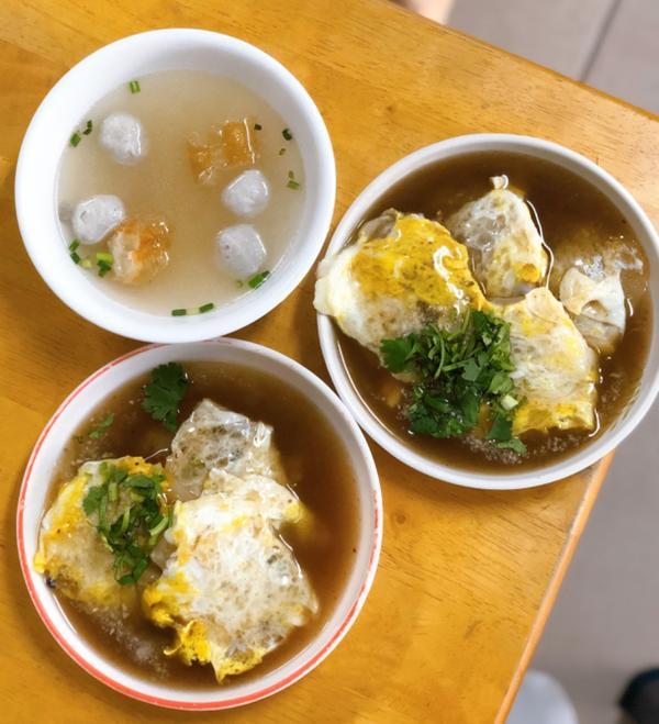 [台南小吃]台南新化阿鳳肉粿台南太多特色銅板小吃,嘉義人的我完全沒有吃過粿是肉圓大小形狀下去煎裡面包