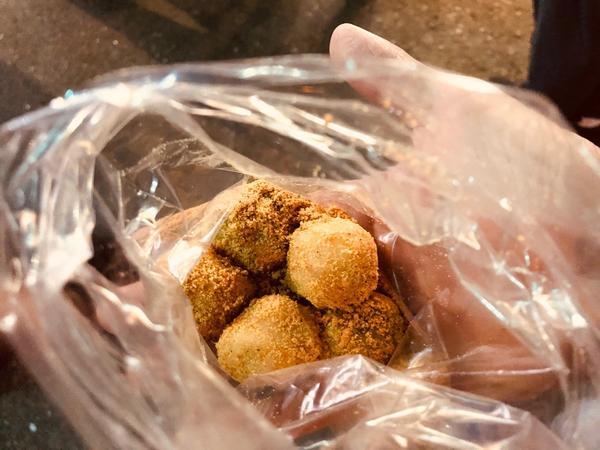 公館夜市入口傳統懷舊麻糬內陷有🥜花生、黑芝麻兩種口味, 外面是古早味的白糯米麻糬蘸花生粉,超級爽口