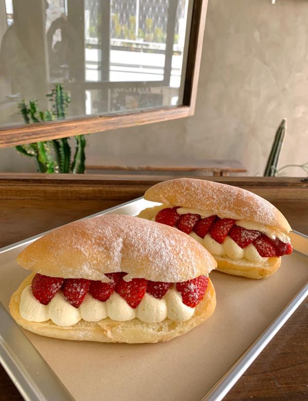 草莓小怪獸😛😛😛📍草莓小怪獸餐包‼️ 遠遠看這個餐包像極了一個嘴巴🤣🤣 下排是奶油🦷上