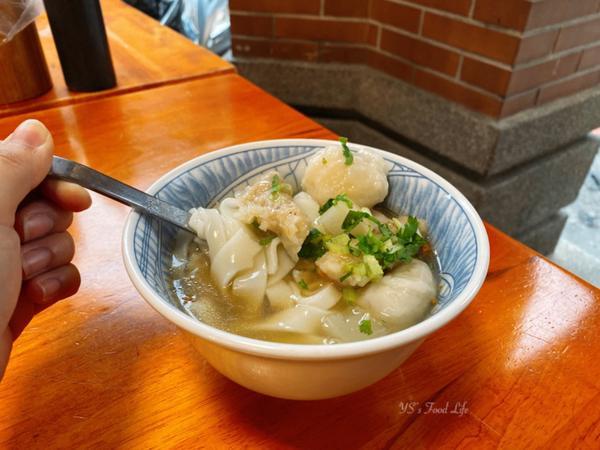 📍台北 老阿伯胖魷焿綜合焿粄條💰80 - 隨性的在大稻埕走走看到這家感覺好吃就進來了 好久沒有吃