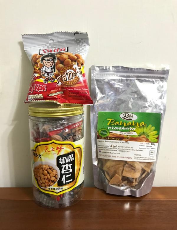 最廢的聖誕節禮物🎁零食朋友的朋友去外國旅行 朋友知道我愛吃餅乾類 轉贈一些零食給我吃 堅果類有豐富