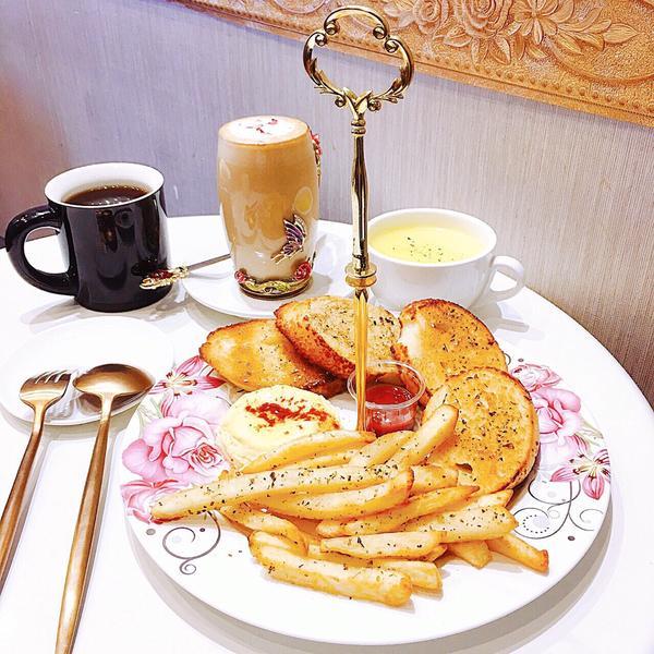 Miss Rose Cafe 位於江子翠捷運站附近,隱身於巷弄裡的異國蔬食料理,不僅提供鹹食,咖啡及