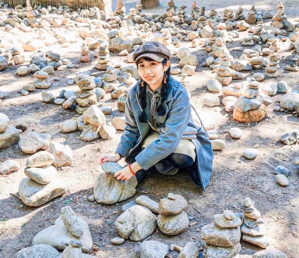 韓國祈福文化初次到韓國的景點-南怡島 裡面不僅美景優美還會發現一些小文化 剛開始看到怎麼地上都堆著石