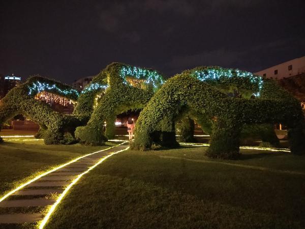 「台中景點」--台中北美館燈秀--台中美術館附近晚上可以去走走看看哦  有美麗的裝置藝術 氣氛輕鬆愜