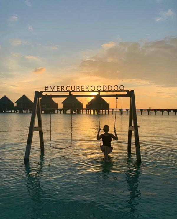 世上最美的鞦韆Ig🔍 c.t.1.9.99 在夕陽中蕩鞦韆 世上最美的事  最美的感動 #馬爾地夫