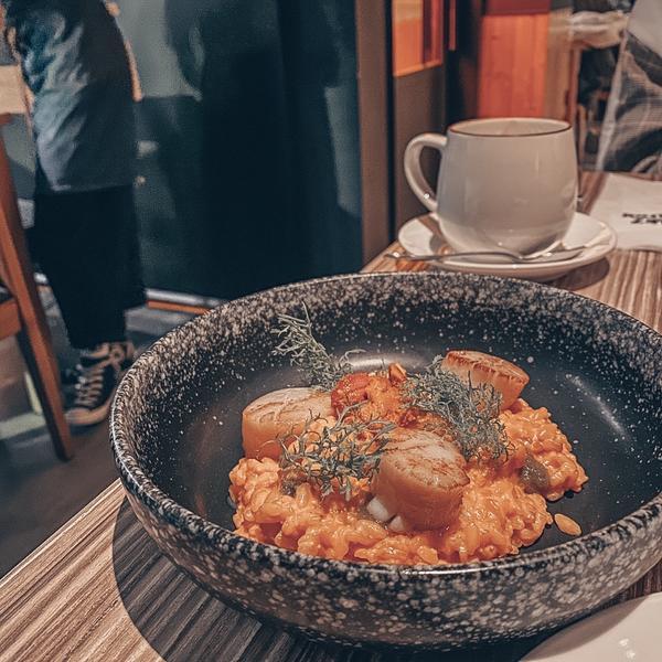 美食探索🐟美食特派員探索: 北海道香煎干貝海膽燉飯$450 絕對是鎮店燉飯, 海膽的鮮度與飛魚軟交