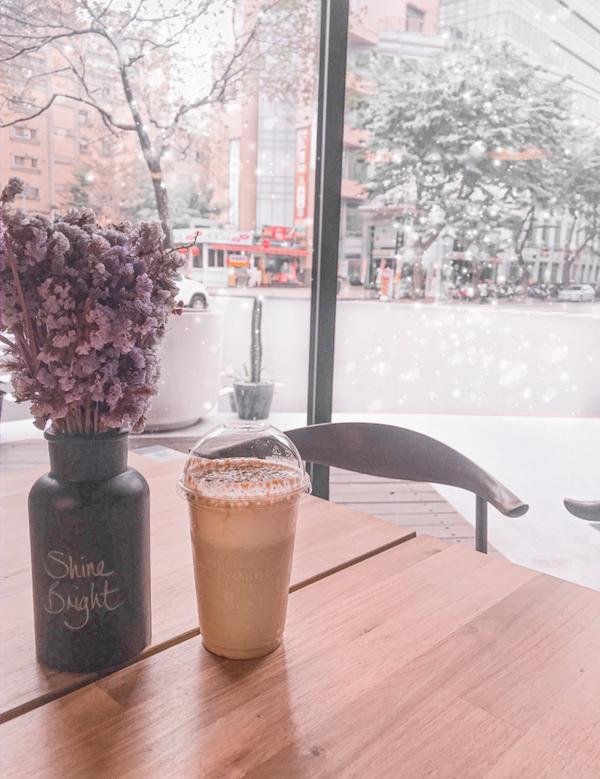 [ 咖啡覺醒 ]下雪的覺醒 在高雄也能看到雪❄️☃️ 店裡的裝潢真的很讚