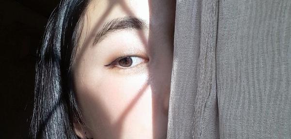 超級日常的眼妝~任何場合都適合♡使用#kate懷舊摩登四色眼影RD01先用最右邊的顏色打滿整個眼窩(