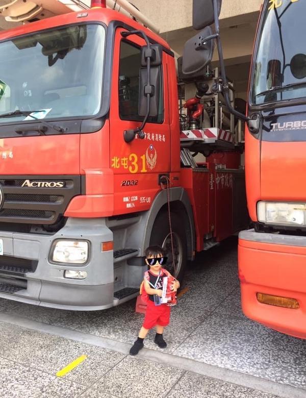長男紀實|戶外教學之去消防局看消防車  /只是有必要什麼姿勢都站37步嗎? /能不能丟一下無謂的偶像
