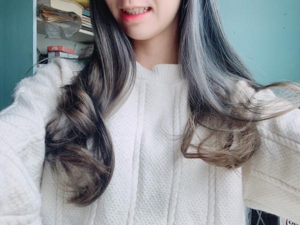 在出國前換個新髮色•ू(ᵒ̴̶̷ωᵒ̴̶̷*•ू))੭ु⁾ 穿不同顏色的衣服 頭髮顏色也不同