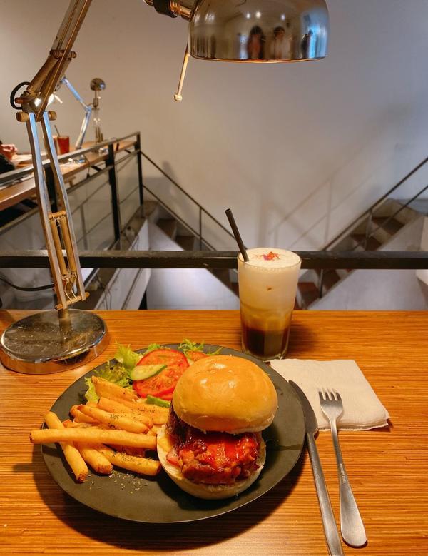 📍台北 Arthere Cafe 上樓看看咖啡- 獵人雞腿排漢堡💰270 玫瑰拿鐵💰160 -