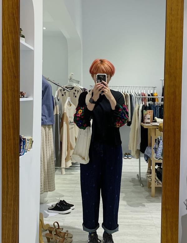 日系服飾店員-今天穿什麼今天當花農 穿花花裝 第一次看到這個上衣的袖子  想說天啊~也太難駕馭 結果