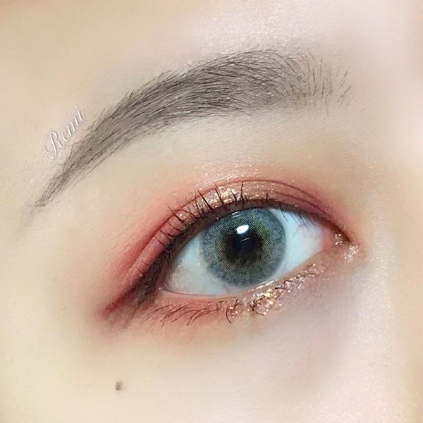 🏷日常卻閃亮的眼妝安安各位 今天想分享最近常畫的眼妝 我自己很喜歡!!!!! 🏷眼影盤使用的是-