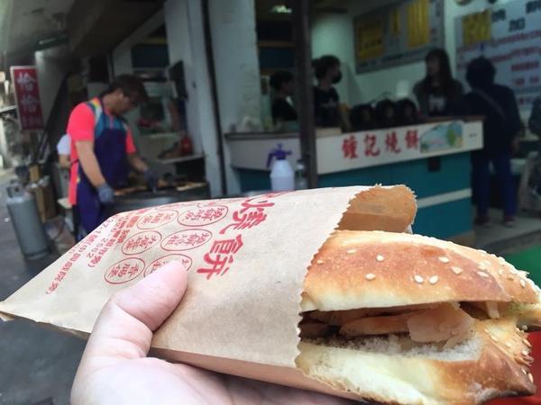 澎湖美食📍早餐系列-鐘記燒餅#澎湖式漢堡 #水缸烘烤 大家好🙋♀️又是早餐文 這間是位於澎湖