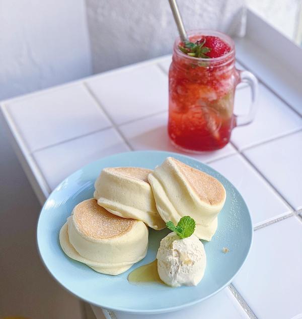 台中西屯-早餐來份厚鬆餅🥞💛 改裝後再度來入口吃鬆餅啦! 整體環境依然純白乾淨 現在改為自助式