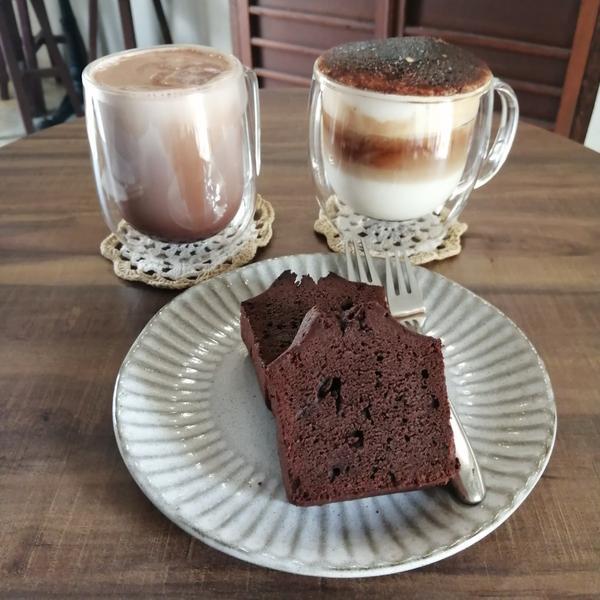 炎生caffe'☕這裡是老宅改建的小小咖啡廳,位置不多。 巧克力磅蛋糕小小兩塊,很好吃,還有抹茶、蜂