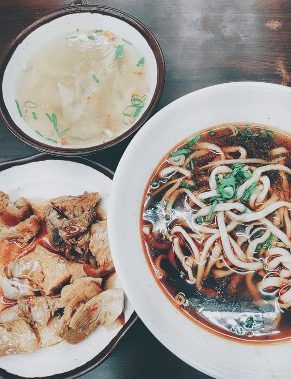 東東牛肉麵豬腳飯 - 台北我吃的是牛肉湯腿庫麵 他的牛肉湯真的非常好喝 有點辣辣的像紅燒 但這真的不