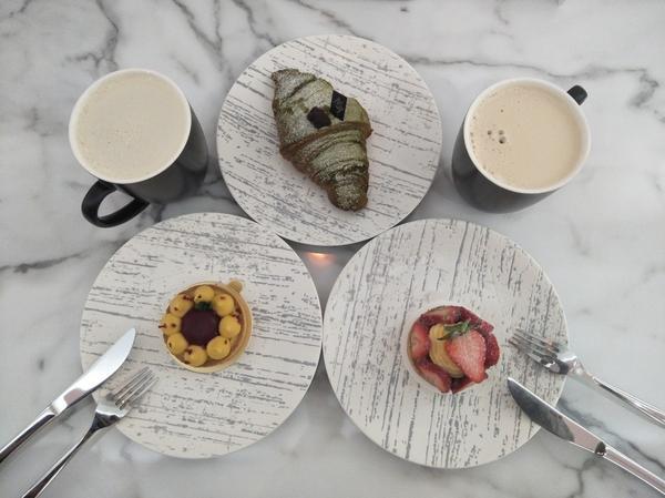 相聚時刻人生總是有相聚的時刻,為了自己的目標前進,還是要吃個草莓塔,百香莓果塔,抹茶紅豆可頌好吃,環