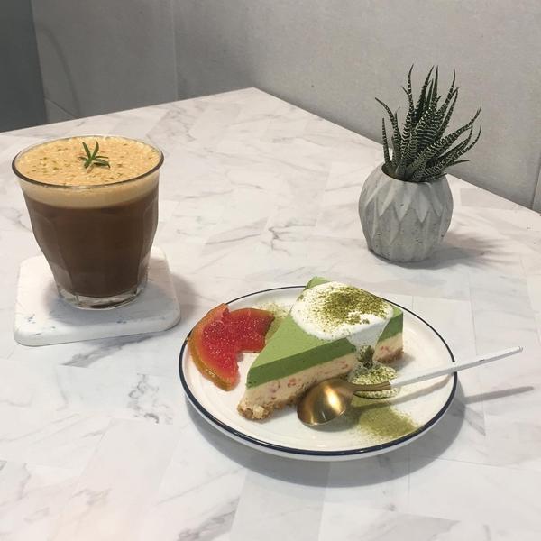 永和不限時深夜咖啡廳「自由溫室」🍰 小山園抹茶葡萄柚生乳酪,140元 🍹 西西里檸檬美式咖啡,1