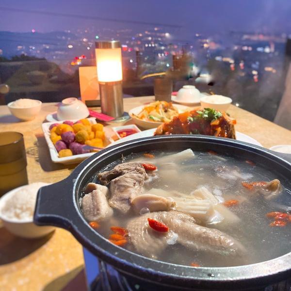 草山夜未眠l台灣最有名的夜景餐廳之一陽明山的經典景色—草山夜未眠跟一群好友來景觀餐廳看看景色,吃著美