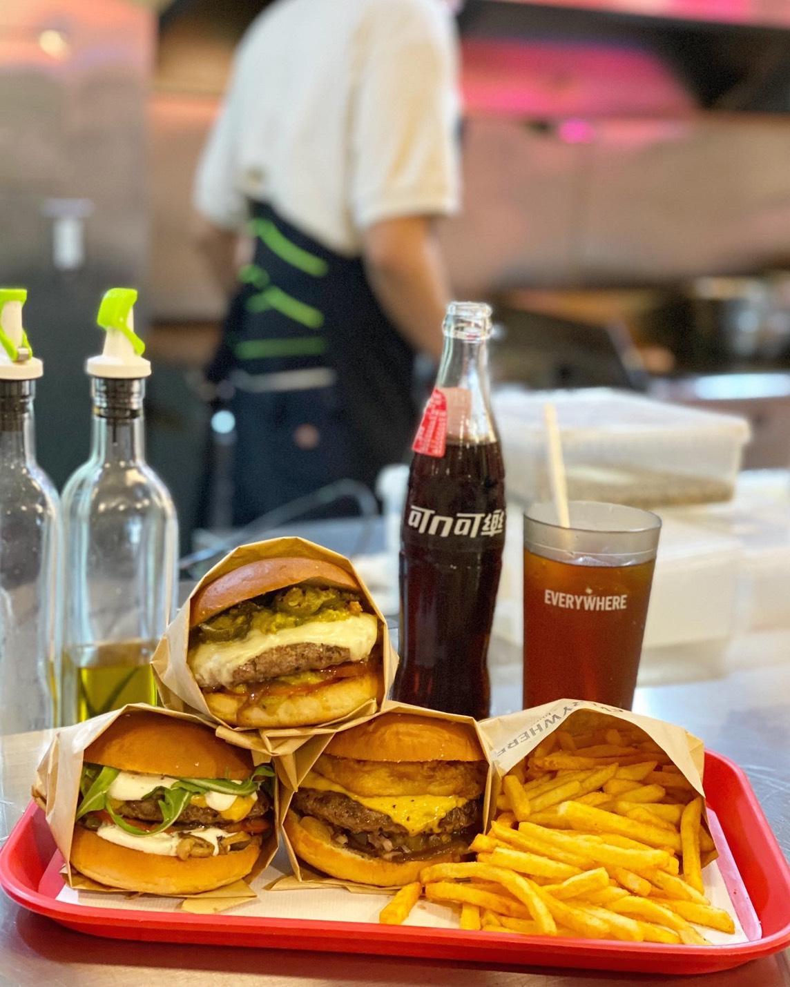 酥炸墨西哥辣椒莎莎(上) 、烤大蒜酸奶野菇(左)、熱帶炸鳳梨莎莎(右)