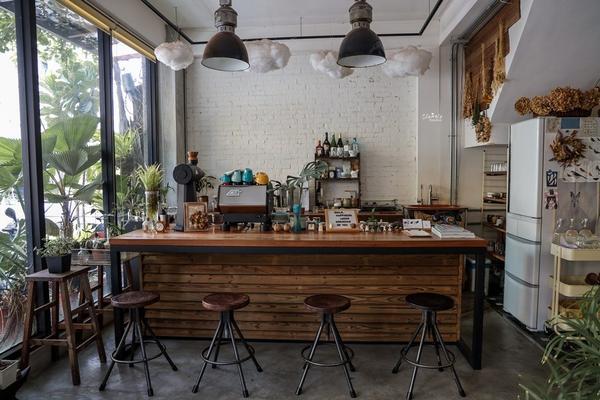 台南|安平區咖啡廳推薦─Meller 墨樂咖啡。一間小巧而溫馨的咖啡店,有著大量乾燥花與綠色植栽幾乎