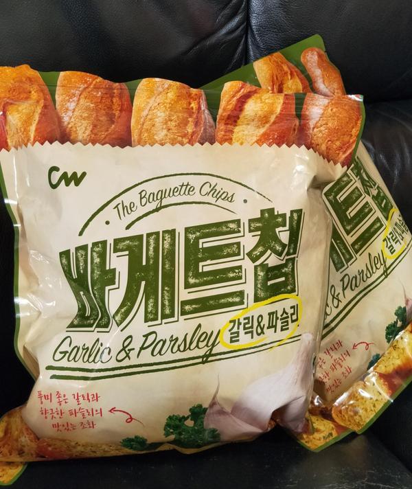 全家獨家進口的「CW 大蒜麵包餅乾」  網路上熱搜的 麵包餅乾,之前就聽說很好吃,很有名! 本來想去