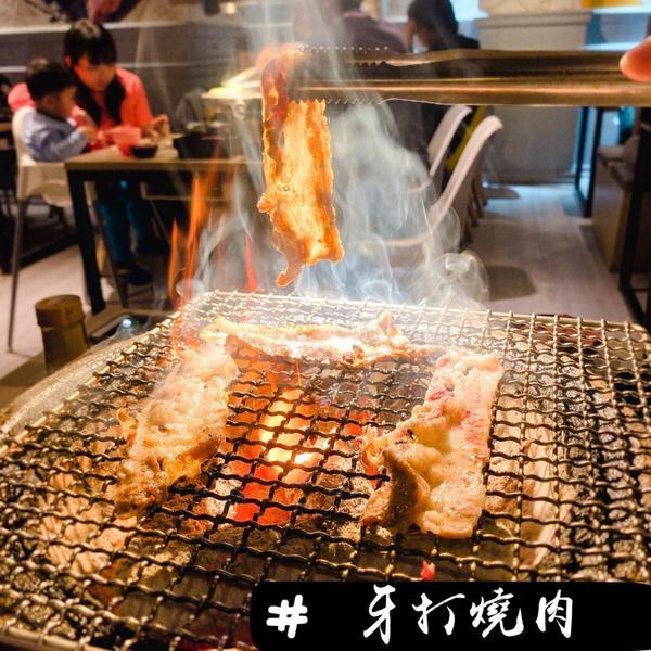 蘆洲l必吃超狂燒烤店!今天吃的餐廳是自家附近的燒烤店《牙打燒肉》,價格沒有特別貴,也能吃到很多美味的