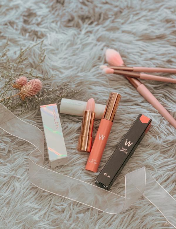 💄美妝平常有在的女孩化妝包裡永遠少一支唇彩🤪 有時候擦口紅可能會因為吃東西或喝飲料就不小心把顏色