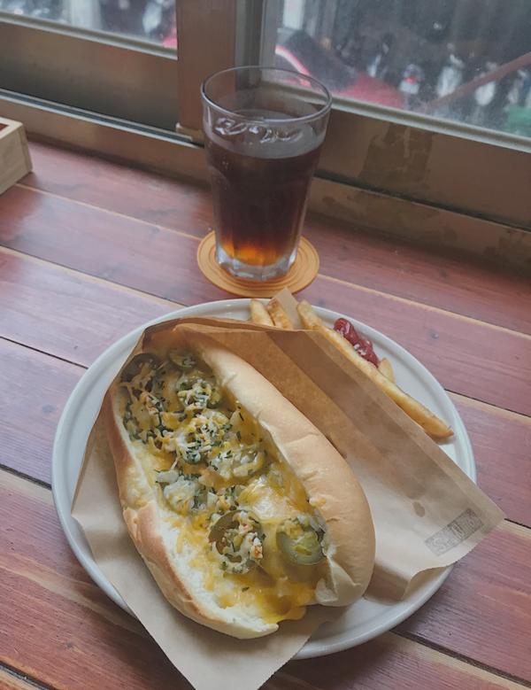 📌尼爾先生 來二訪一樣沒失望,這次點的墨西哥熱狗堡再加70升級套餐,薯條也好吃🤤 尤其熱狗紮實到