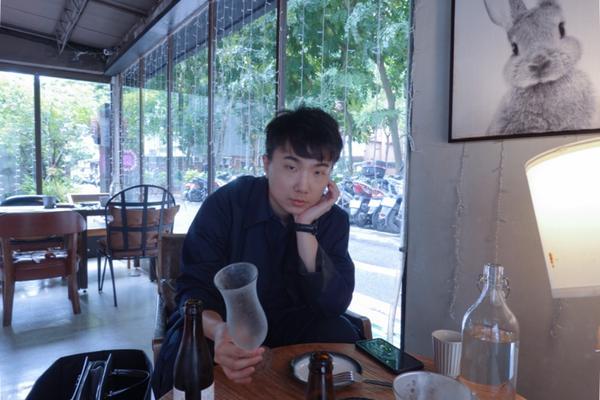 台北信義區巷內的餐酒館,臨公園落地窗加上舊沙發氛圍很舒適,蝦膏干貝起司燉飯每一口都很濃郁😲 微火蜜