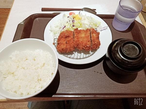日本平價丼飯松屋 中山站今天和同事一起吃晚餐!! 第一家松屋,在新光三越南西店美食街,對我這個愛吃丼