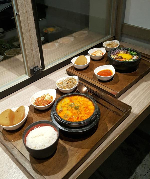 📍台北·大安區 【豆豆里】  位在較黑暗巷子內的一家韓式料理店,店內位子不多且不太接受預約,所以有