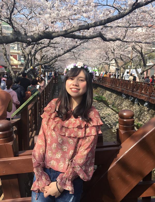 櫻花系🌸spring看櫻花當然要配上碎花的穿搭❤️ 頭上再加一個花環 嗯⋯ 超過一百分!