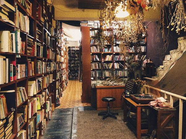 【台藝大】偽圖書館文藝咖啡廳/書店像咖啡廳又不像咖啡廳的「書店」位於台藝大附近,店內有超多藏書供觀賞