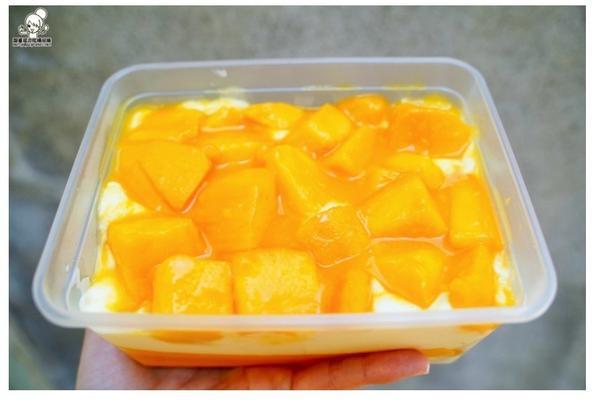 就愛爆餡料芒果爽口感很多層次,最底下還有特製的愛文芒果醬,有酸、有甜,還有奶油滑口乳香層次堆疊在嘴裡