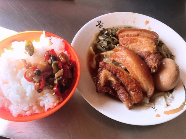 板橋-正少年控肉飯又是一個從小吃到大的美食 每次必點的就是他們家的控肉飯 控肉因為我不敢吃太肥的 所