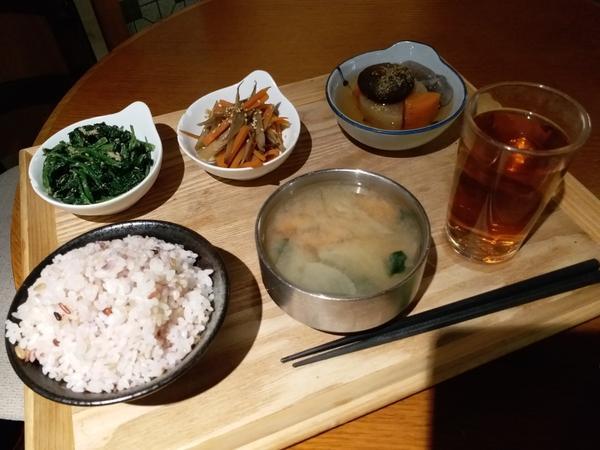 令人驚喜的日式素食餐廳3這次會給大家介紹蘿蔔冬菇關東煮、 香菇五穀雜炊飯🍚 味噌湯、麥茶  蘿蔔冬